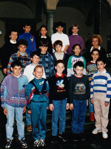 Suor Maria Laura Mainetti con una classe di ragazze negli anni '80